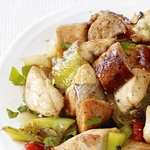 Жареная курица с колбасой и перцем