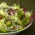 Салат из фриссе и эндивия с грецкими орехами