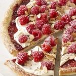 Десертная пицца с малиной и миндалем