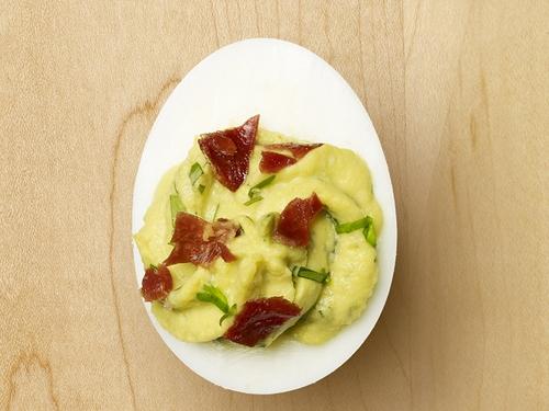Фото Яйца, фаршированные авокадо с ветчиной