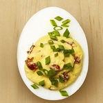 Яйца, фаршированные сыром и перцем