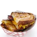 Горячие сэндвичи с беконом и соусом «Тысяча островов»