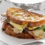 Горячие сэндвичи с финиками и сыровяленой ветчиной