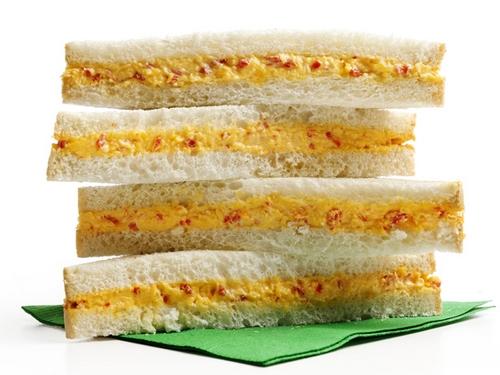 Сэндвичи с сыром и перцем пименто