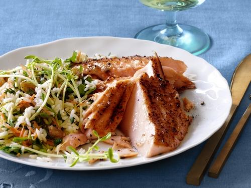Фото Запеченный лосось на кедровой доске в кленово-имбирной глазури