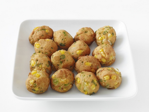 Кукурузные шарики с перцем и зеленым луком