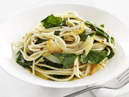 Спагетти с чесноком и капустой кале