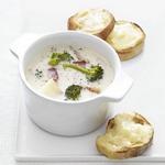 Суп из брокколи и запеченный на тостах сыр чеддер