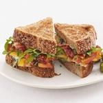 Сэндвичи с беконом, персиками и рукколой
