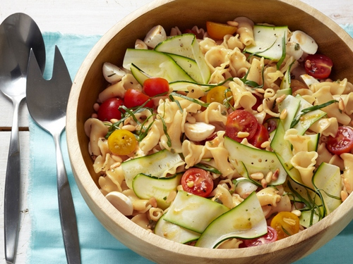 Салат из макарон с цукини и моцареллой