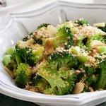 Теплый салат с капустой брокколи и сухарями панко