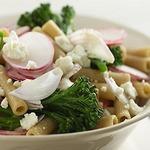 Теплый салат из пасты ригатони с брокколини и сыром фета