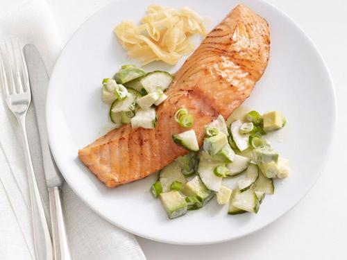 Запеченный лосось в соевой глазури с салатом из огурцов и авокадо