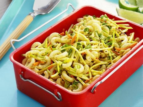 Салат с макаронами, брокколи и соусом чатни