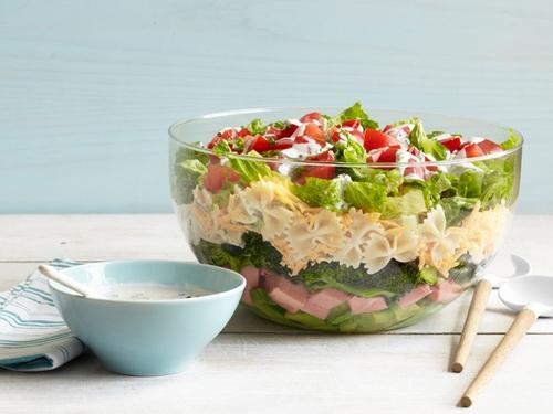 Слоеный салат с пастой фарфалле, брокколи и ветчиной