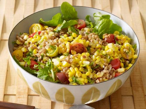 Фото Теплый салат из кукурузы и зерен пшеницы
