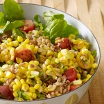 Теплый салат из кукурузы и зерен пшеницы