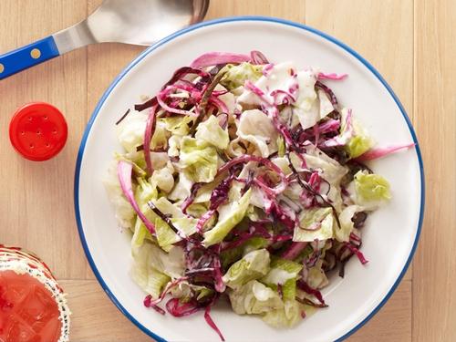 Салат Лонг-Бич из краснокочанной капусты, красного лука и сыра с плесенью