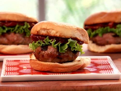 Мини-гамбургеры с томатным джемом и индейкой на гриле