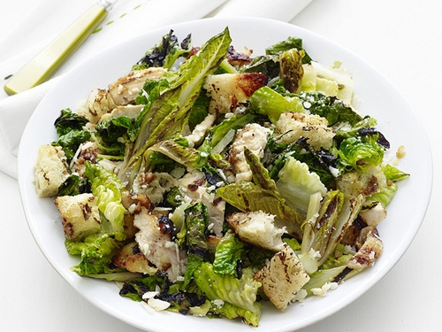 Салат-гриль из курицы, фокачча и салата ромэн с заправкой цезарь