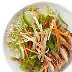 Куриный салат по-азиатски с вишнево-ореховой заправкой