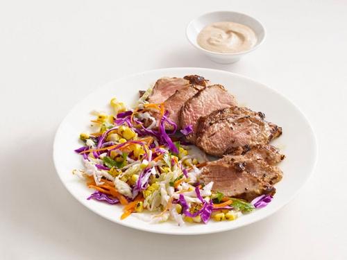 Жареная на гриле свинина с кукурузой и капустным салатом