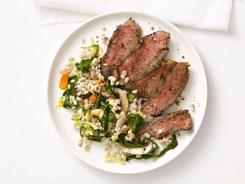 Фото Жареный на гриле стейк из говядины с перловым салатом