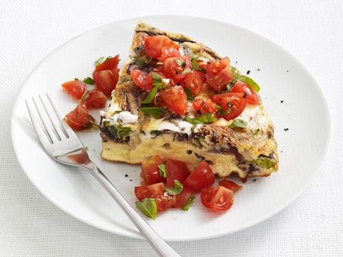 Фото Фриттата с рикоттой и томатным салатом