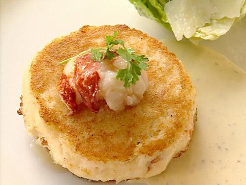 Фото Крабовые котлеты под рыбным соусом с салатом Цезарь и гренками Фокачча