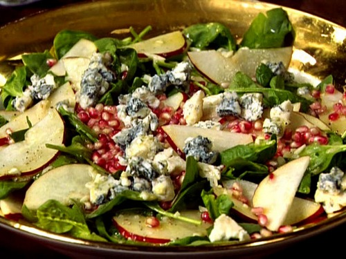 Грушевый салат с гранатом, голубым сыром и шампанским уксусом