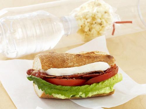 Сэндвич с моцареллой, помидорами, салатом ромэн и соусом песто