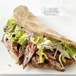 Арабские сэндвичи со стейком, салатом ромэн и хумусом