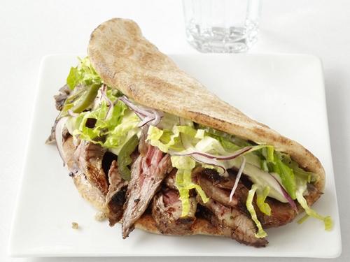 Фото Арабские сэндвичи со стейком, салатом ромэн и хумусом