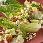Салат ромэн с беконом, яйцом и заправкой из голубого сыра