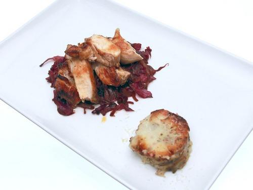 Фото Пряные куриные грудки с картофельным гратэном и краснокочанной капустой