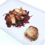 Пряные куриные грудки с картофельным гратэном и краснокочанной капустой