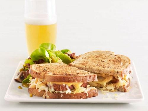 Сэндвичи «Рубен» с тофу и салатом