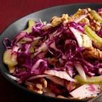 Салат из краснокочанной капусты, эндивия и сельдерея с грецкими орехами