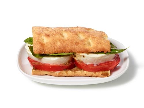 Сэндвичи из домашних лепешек с помидорами, базиликом и моцареллой