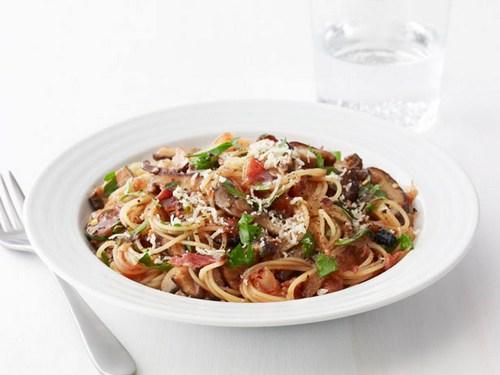 Спагеттини с беконом, грибами и зеленью