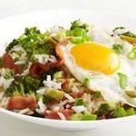 Боул с рисом, капустой брокколи, беконом и жареными яйцами
