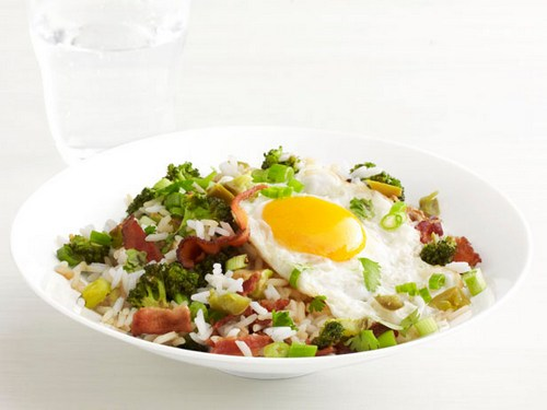 Рис с капустой брокколи, беконом и жареными яйцами
