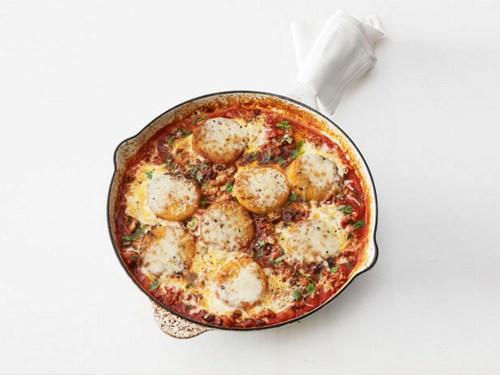 Фото Жареная под грилем полента с итальянскими колбасками и моцареллой