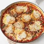 Жареная под грилем полента с итальянскими колбасками и моцареллой