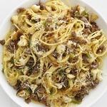 Спагетти с тушеной цветной капустой и итальянскими колбасками
