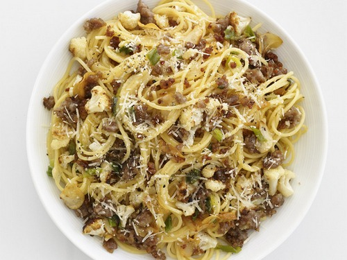 Фото Спагетти с тушеной цветной капустой и итальянскими колбасками