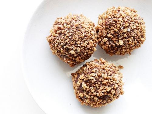 Шоколадно-ромовые трюфели с посыпкой из миндального печенья Амаретти