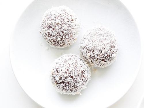 Фото Шоколадно-вишневые трюфели с кокосовой посыпкой