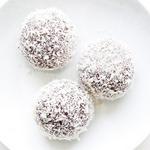 Шоколадно-вишневые трюфели с кокосовой посыпкой