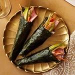 Роллы тэмакидзуси (конусы) с тунцом и острым соусом
